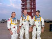 English: Astronauts (left to right) Gus Grissom, Ed White, and Roger Chaffee, pose in front of Launch Complex 34 which is housing their Saturn 1 launch vehicle. The astronauts died ten days later in a fire on the launch pad. Polski: Od lewej: astronauci G