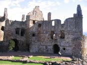 English: Dirleton Castle The main entrance is the arch towards the left. The main building to the right is the Ruthven block, built by Lord Ruthven, Earl of Gowrie, in the 16th century.