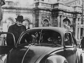 Ferdinand Porsche montando en un Escarabajo (Stuttgart, 1940)