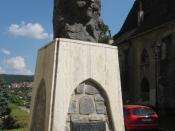 English: The statue of Vlad Tepes in his birthplace, Sighisoara. Nederlands: Het beeld van Vlad Tepes (Dracula) in zijn geboorteplaats, Sighisoara.