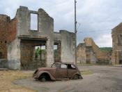 English: Car and buildings in Oradour-sur-Glane. Français : Voiture et bâtiments à Oradour-sur-Glane. 中文: 格拉讷河畔奥拉杜尔村的断壁残垣和报废的标志202汽车