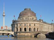 Deutsch: Frontseite des Bodemuseum, links die Monbijoubrücke, im Hintergrund der Fernsehturm