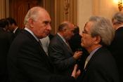 El secretario de estado adjunto Arturo Valenzuela con el ex presidente Fernando de la Rua durante la recepción ofrecida por la Embajadora de los Estados Unidos en el país, Vilma Martínez.