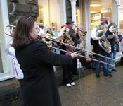 English: Brass band playing Christmas carols Svenska: Ett brassband som spelar julsånger