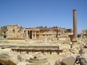 English: Baalbek, Lebanon - the Great Court Italiano: Baalbek, Libano - il grande cortile Slovenščina: Baalbek, Libanon - veliko dvorišče (kjer so opravljali žrtvovanja)