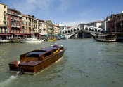 English: The Rialto Bridge over Venice's Grand Canal.