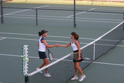 English: It is good sportsmanship to shake hands with your opponent after playing a tennis match, whether or not you have won or lost. Français : Il est d'usage de serrer la main de son adversaire à la fin d'un match de tennis, que l'on soit le gagnant ou