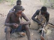 English: Hadzabe Tribe - Smoking Marijuana, Tanzania Български: Племето хадзапи край езерото Еяси, Танзания - Пушене на марихуана.