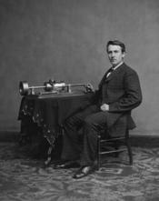 English: Thomas Edison and his early phonograph. Cropped from Library of Congress copy. Edited Version. Dust removed by Arad. Français : Thomas Edison et une première version de son phonographe. Recoupé à partir d'une copie appartenant à une librairie du