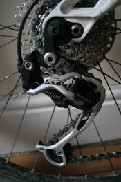 English: A 2008 Shimano XT rear derailleur with a long cage