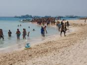 English: Tourists walking in the beach of the Paradise Island of Hurghada. The tourists' boats are in the background.