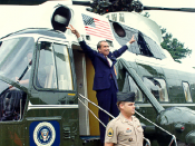 English: Richard Nixon boarding Army One upon his departure from the White House after resigning the office of President of the United States following the Watergate Scandal in 1974. 日本語: ホワイトハウスを去るリチャード・ニクソン