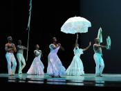 English: Alvin Ailey American Dance Theatre performs legendary Alvin Ailey's Revelations in Miami's Adrienne Arsht Center for the Performing Arts. Česky: Americké taneční divadlo Alvina Aileyho tančí legendární Revelations v Centru pro múzická umění Adrie