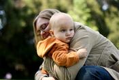 Česky: Matka a dítě. עברית: אם ובנה, 2007. Svenska: En mamma som kramar om sitt barn.