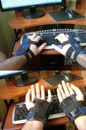 Português: Luvas para digitação, com a intenção de se evitar Lesão por Esforço Repetitivo (LER).