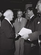 English: David Ben Gurion greeting General Ne Win, PM of Burma, on his visit to Israel in 1959