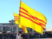English: Vietnamese Americans parading with the Flag of South Vietnam during Tết Tiếng Việt: Người Mỹ gốc Việt diễn hành với quốc kỳ Việt Nam Cộng Hòa vào dịp Tết