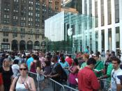 English: A ridiculous line of people waiting for the iPhone 3G outside of the Apple Store on 5th Ave. between 58th St. and 59th St., NYC, July 12, 2008. I was not in the line. pictured: the Apple Store entrance