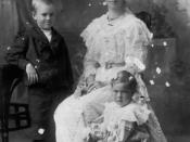 English: Mrs. John Ledlie with two of her children. Mrs John Ledlie, nee Annie McLuckie with Graham (William Graham) and Naney (Annie).