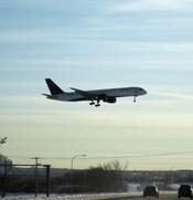 English: A Delta Air Lines plane lands at Minneapolis / St. Paul International Airport at Minneapolis, MN