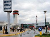 Beschreibung: Das Flughafengebäude des Mother Teresa Airport in Tirana, Albanien. Quelle: selber fotografiert im September 2004. Fotograf: Lars Haefner Lizenzstatus: GNU FDL