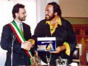 Il Sindaco Pariali consegna le chiavi della città a Pavarotti