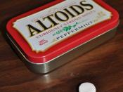 English: an altoid and its tin