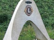 Deutsch: Lions Club Symbol für internationale Freundschaft und Zusammenarbeit am ehemaligen Autobahngrenzübergang Aachen Lichtenbusch.