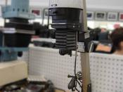 English: Picture of Bogen enlarger with digitally blurred background. Taken, copyright, and uploaded by Leonard G. Deutsch: Typischer einfacher Hobby-Vergrößerer für Schwarzweiß-Arbeiten (es fehlt ganz offenbar eine Filterschublade)