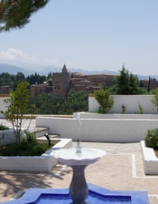 English: From the garden of the current mosque of Granada, the Alhambra and the Sierra Nevada (with some snow in august) Français : Du jardin de l'actuelle mosquée de Grenade, l'Alhambra et la Sierra Nevada (encore enneigée en août)