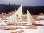 English: Damaged Olympic Symbol from the 1984 Winter Olympics near Sarajevo Deutsch: Durch Schüsse beschädigtes Olympiasymbol der Olympischen Winterspiele 1984