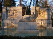 English: Front view of the Monument to Santiago Ramón y Cajal (1852–1934) at Paseo de Venezuela (a walk) in the Retiro Park (Jardines del Buen Retiro) in Madrid (Spain). Made by sculptor Victorio Macho and inaugurated in 1926. Español: Vista frontal del M