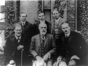 English: Group photo in front of Clark University Sigmund Freud, G. Stanley Hall, Carl Jung; Back row: Abraham A. Brill, Ernest Jones, Sándor Ferenczi. Photo taken for Clark University in Worcester, Massachusetts publication. Česky: Foto z Clarkovy univer