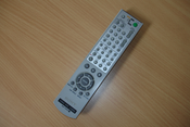 English: Image of Sony RMT-V503A DVD/video player remote control. Slovenščina: Slika daljinskega upravljalnika DVD/video predvajalnika.