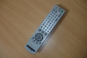 English: Image of Sony RMT-V503A DVD/video player remote control. Slovenščina: Slika daljinskega upravljalnika DVD/video predvajalnika.