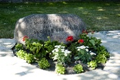 English: The grave of the Swedish filmmaker Ingmar Bergman and his spouse von Rosen (buried as Ingrid Bergman), on Fårö, Gotland.