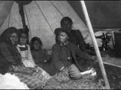 English: Algonquin family in their tent. A sewing machine can be seen in one corner. Hrvatski: Dozvola