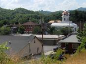 English: Bryson City, North Carolina, in the southeastern United States, looking north from a hillside. The Swain County Courthouse is the white clock-tower building right of center. (Is Now the Townhall.)