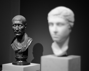English: Caesar(1st century AC.) looking at Cleopatra VII