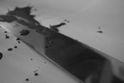 English: Fingerprints on a knife, an illustration of investigation methods on crime scenes. Français : Illustration pour figurer le travail de la police scientifique : empreintes digitales sur une arme blanche.