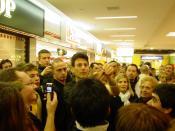 Deutsch: Uri Geller beim Löffelbiegen