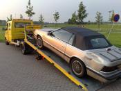 English: Tow truck tows a car after a collision with a truck. Nederlands: Sleepwagen sleept een auto weg na een aanrijding met een vrachtwagen.