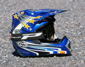 English: A motocross helmet.