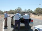 English: Police (from Dareton, NSW) search the vehicle of a suspected drug smuggler in Wentworth, near the border of New South Wales and Victoria, Australia