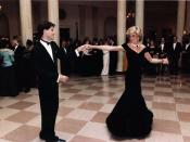 English: Princess Diana dancing with John Travolta in the entrance hall at the White House. Deutsch: Diana Frances Mountbatten-Windsor, Fürstin von Wales mit John Travolta in der Eingangshalle des Weißen Hauses tanzend.