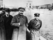 Kliment Voroshilov, Vyacheslav Molotov, Stalin and Nikolai Yezhov at the shore of the Moskwa-Wolga-Channel. After Yezhow was tried and executed he vanished between 1939-1991 from this image. Česky: Ze snímku Stalinovy procházky s ministrem pro lodní dopra