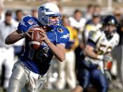 Shea Smith, the former quarterback of the Air Force Falcons, looks to pass during the 2007 Armed Forces Bowl. Español: Shea Smith, el ex mariscal de campo de los halcones de las Fuerzas Aéreas, se pase el fútbol durante el Armed Forces Bowl de 2007. Franç