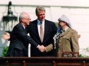 English: Israeli Prime Minister Yitzhak Rabin, U.S. president Bill Clinton, and PLO chairman Yasser Arafat. Česky: Izraelský premiér Jicchak Rabin, americký prezident Bill Clinton a předseda Organizace pro osvobození Palestiny (OOP) Jásir Arafat.
