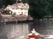 English: Daphne du Maurier near her house at Ferryside, Fowey (1931). Русский: Дафна дю Морье у своего дома в Фэррисайд, Фоуи (1931 год).