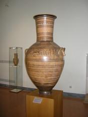 Français : Vase du Maître du Dipylon, 760-750 av.JC, hauteur : 1,60 m, Musée national archéologique d'Athènes.